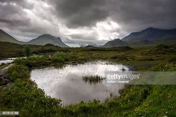 landscape of the cullin mountains in the isle of skye - glen sligachan photos et images de collection