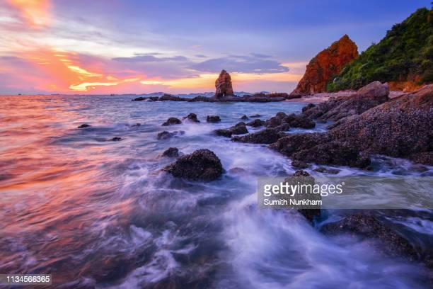 landscape of the sea smoothy water hits the rocky with the background mountain in the sunset - provinz chonburi stock-fotos und bilder