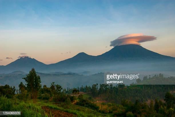 paisaje de las montañas virunga en ruanda - ruanda fotografías e imágenes de stock