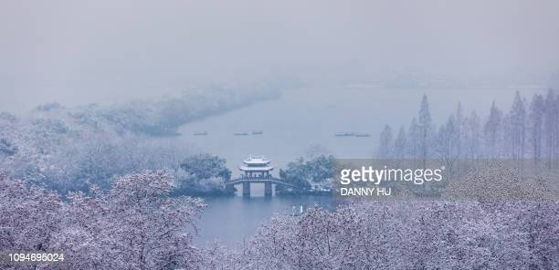 landscape of west lake after snow - 湖 fotografías e imágenes de stock