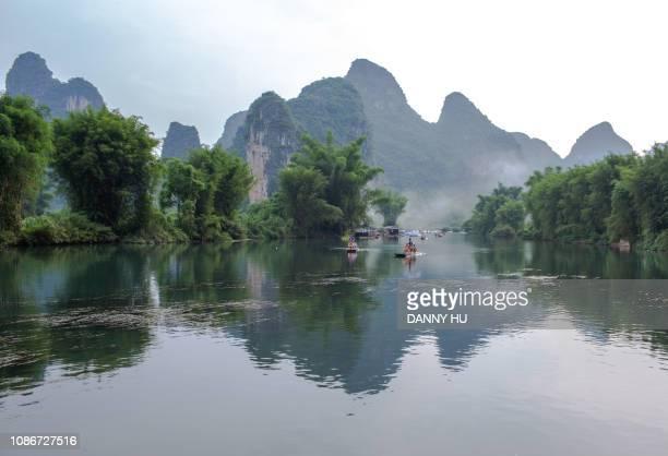 landscape of yulong river, yangshuo ,guilin - formación karst fotografías e imágenes de stock