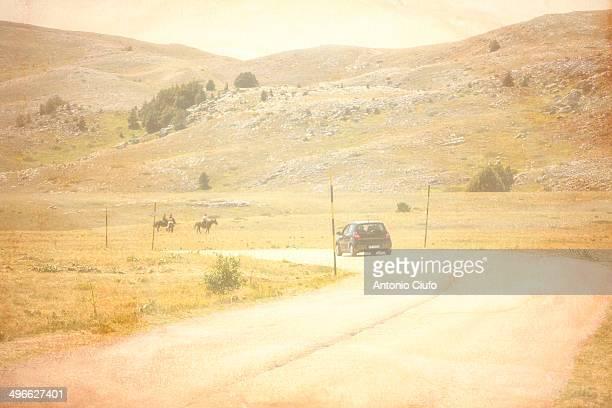 landscape on gran sasso - abruzzo - castel del monte foto e immagini stock