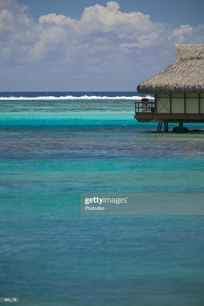 landscape photograph of a beautiful clear water and a grass hut : Foto de stock