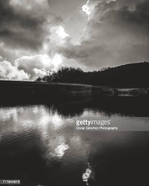 landscape reflections - blanco y negro stock-fotos und bilder