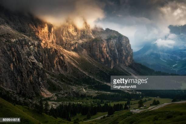 landscape scene of lights drop on giau pass on the mountain in cortina d'ampezzo, dolomites, italy - dolomiten stock-fotos und bilder