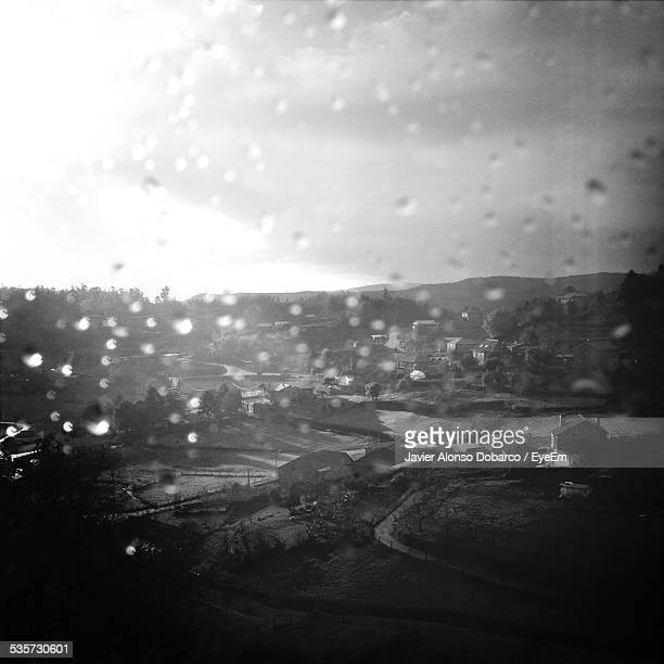 landscape seen through wet glass window - javier alonso fotografías e imágenes de stock