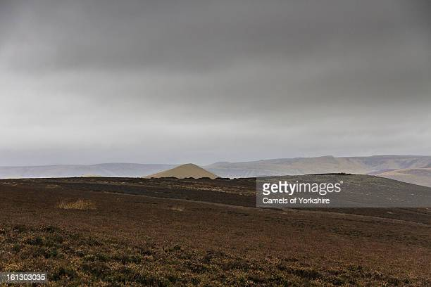 Landscape view from Win Hill westwards towards Lose Hill over heather moor. Shot taken in the Peak District National Park, Derbyshire, UK. The...