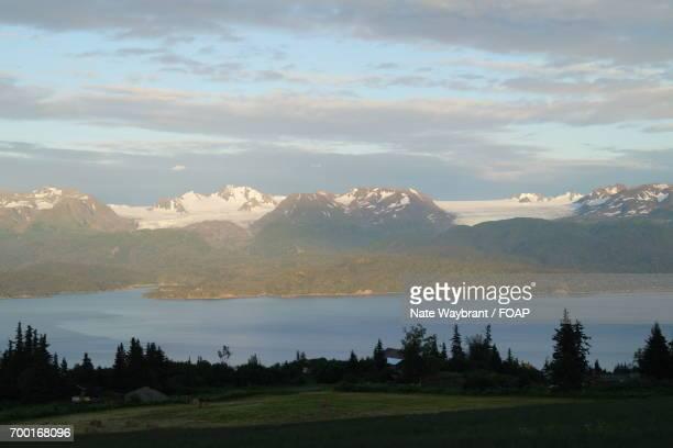 landscape view of mountains at lake - paisajes de alaska fotografías e imágenes de stock
