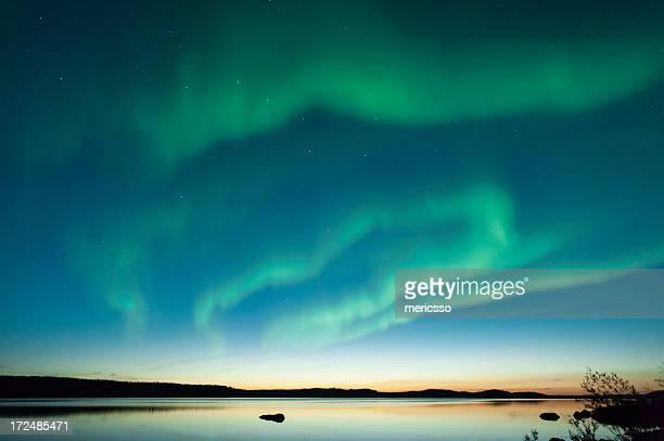 夏の湖の aurora