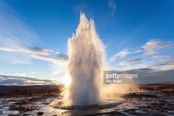 landscape with active geyser erupting in the foreground. - ponto de referência natural - fotografias e filmes do acervo