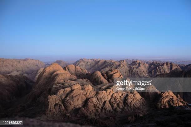 landscape with brown mountains in desert under clear sky, mt sinai, saint catherine, south sinai governorate, egypt - monte sinai imagens e fotografias de stock