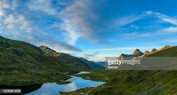 landschaft mit bergen an einem schönen kleinen see bei sonnenuntergang - kemter stock-fotos und bilder
