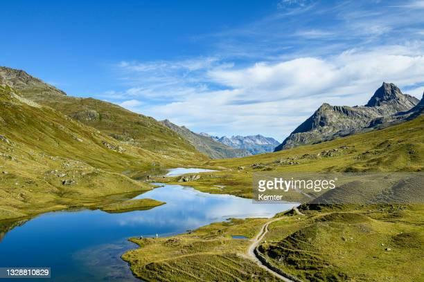 landschaft mit bergen an einem schönen kleinen see am morgen - kemter stock-fotos und bilder