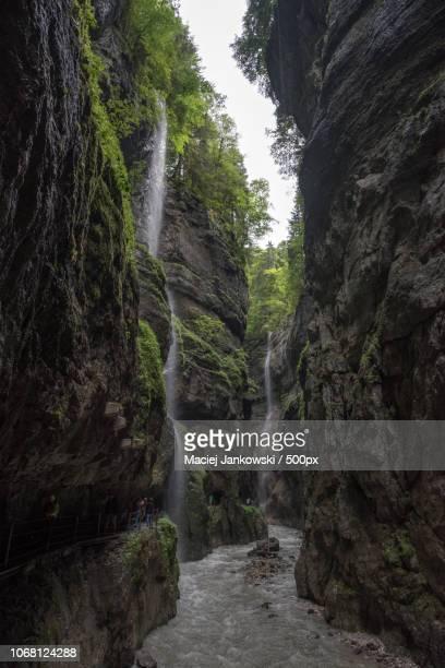 landscape with partnachklamm gorge - riachuelo fotografías e imágenes de stock