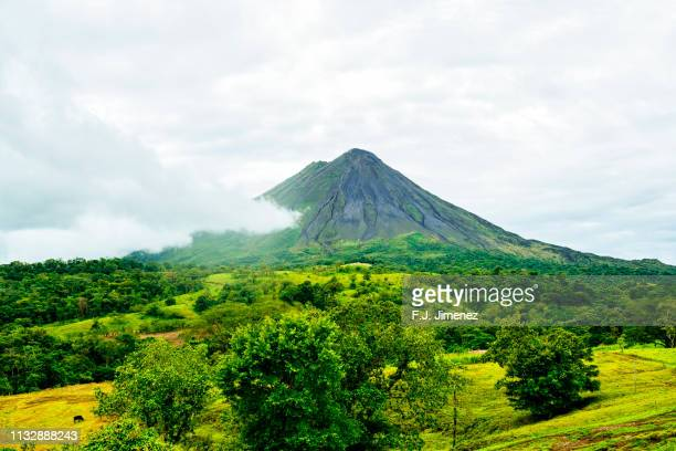 landscape with the arenal volcano, in costa rica - vulkan stock-fotos und bilder