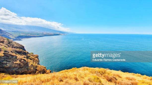 landscape with the sky and the blue sea on an island looking the horizon - horizonte sobre agua fotografías e imágenes de stock