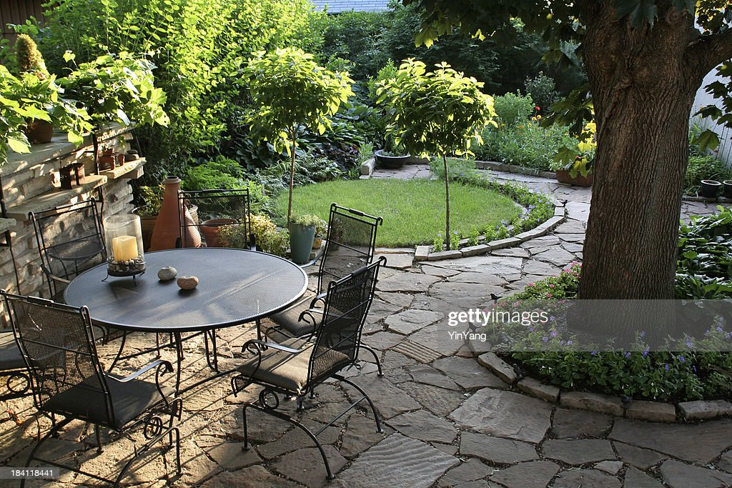 Landscaped Back Yard Patio, Flower Garden with Natural Paving Stones : Stockfoto