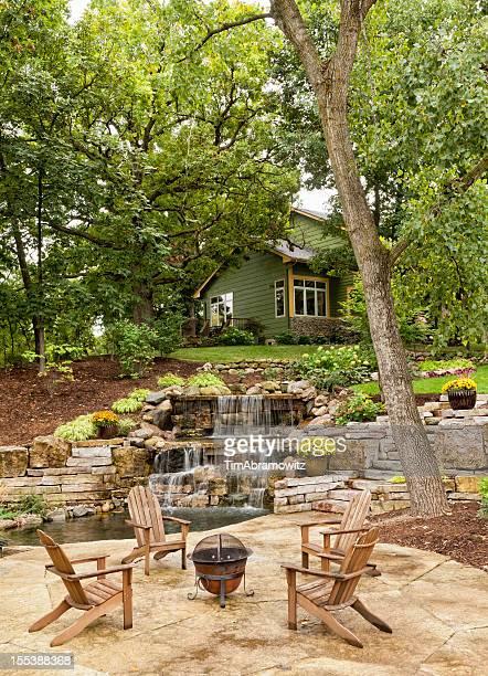 Landschaftlich gestalteter Patio mit Wasserfall