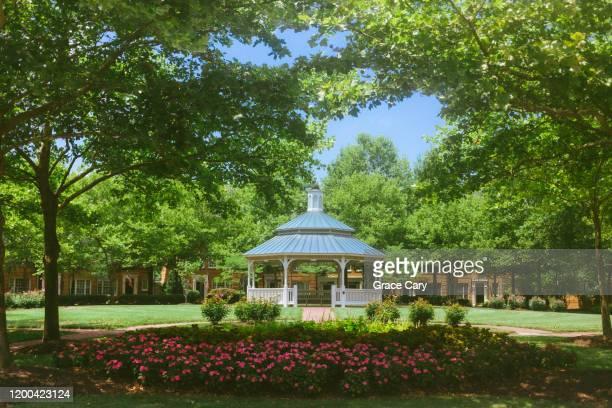 landscaped roundabout with center gazebo - バージニア州 アレクサンドリア ストックフォトと画像