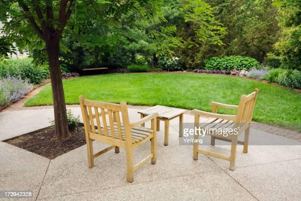 Gestalteten kleine Hinterhof Urban Patio-Garten mit Stühlen, Blumen