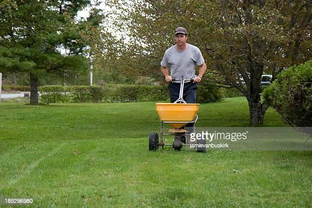 Paysagiste Fertilizes une pelouse