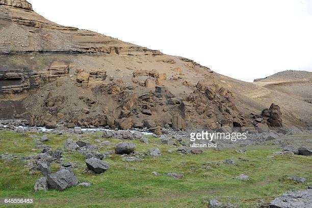 Landschaft am Wasserfall Hengifoss Island