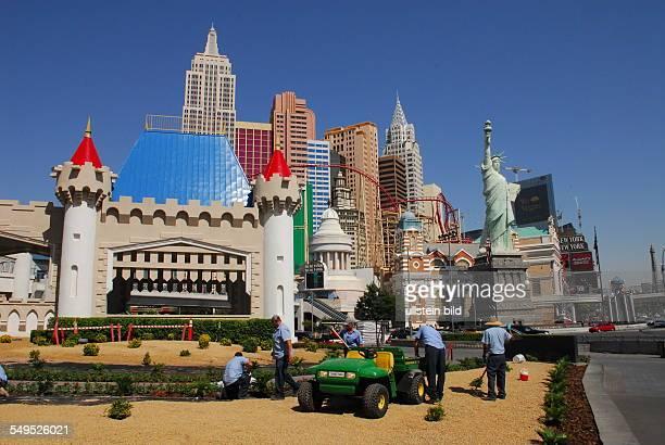 Landschaftsgärtner kümmern sich um das Areal des Excalibur Hotels in Las Vegas