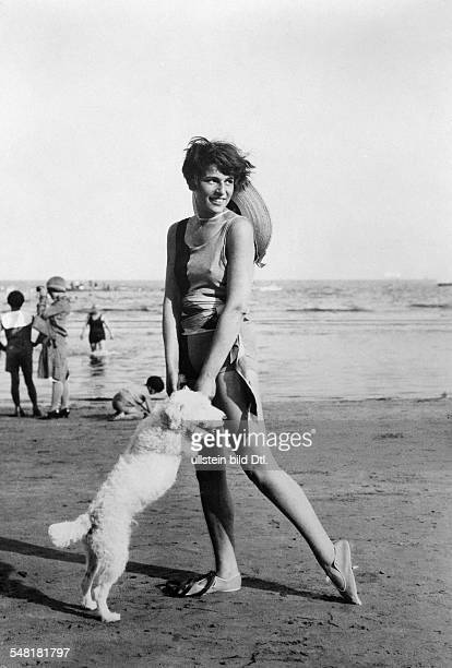 Landshoff Ruth Writer Actress Painter D/USA * Portrait with a dog on a beach about 1928 Published in 'Die Dame' 2/1928/29 Vintage property of...