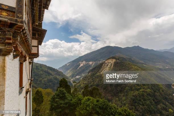 landslides by the side of a mountain pass in trongsa, bhutan - trongsa district stockfoto's en -beelden