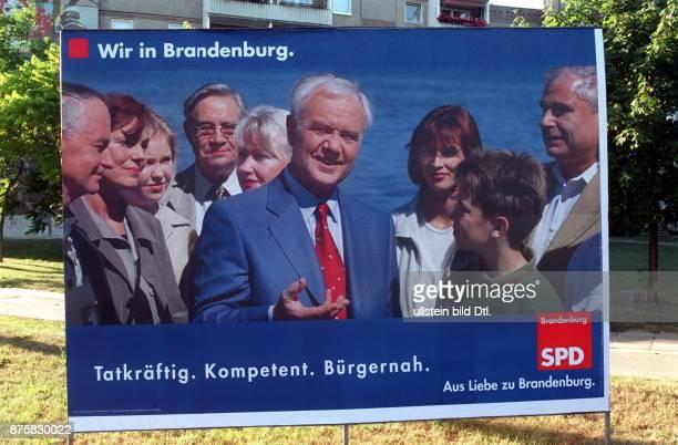 Landtagswahl Wahlplakat der SPD mit dem amtierenden Ministerpräsidenten Manfred Stolpe und der Aufschrift 'Wir in Brandenburg Tatkräftig Kompetent...