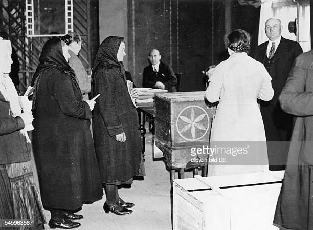 Landtagswahl im Memellandvom 293091935 Bäuerinnen bei der Stimmabgabe in Memel