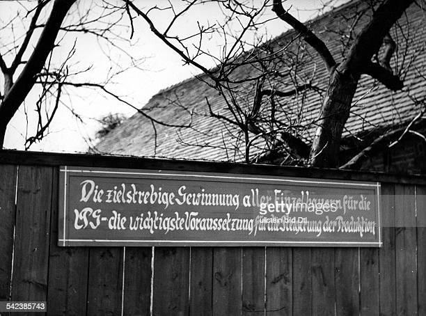 DDR Landwirtschaft LPGLosung am Zaun eines Bauernhauses in Falkenthal Inschrift 'Die zielstrebige Gewinnung aller Einzelbauern für die LG die...