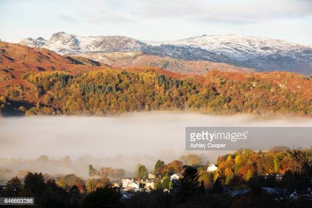 langdale pikes over loughrigg, above ambleside in the lake district, uk in autumn. - loughrigg fells - fotografias e filmes do acervo