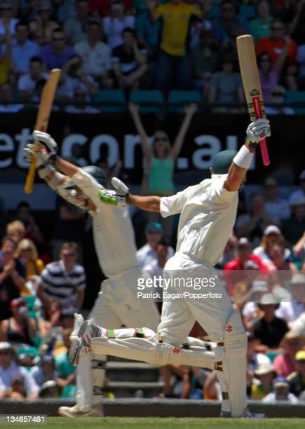 Langer and Hayden cross for the winning run, and Australia has won the series 5-0, Australia v England, 5th Test, Sydney, Jan 07.