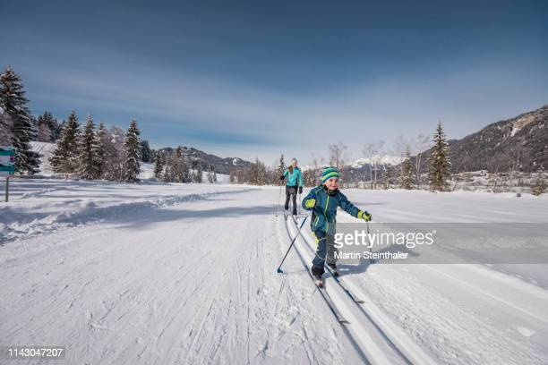 langlaufen im winter - kinder machen sport und genießen natur - natur stock pictures, royalty-free photos & images