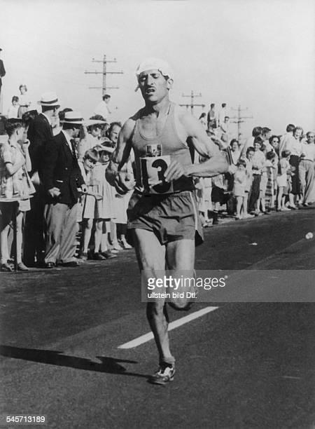 Langstreckenläufer F auf der Strecke des Marathonlaufesbei den olympischen Spielen inMelbourneDezember 1956