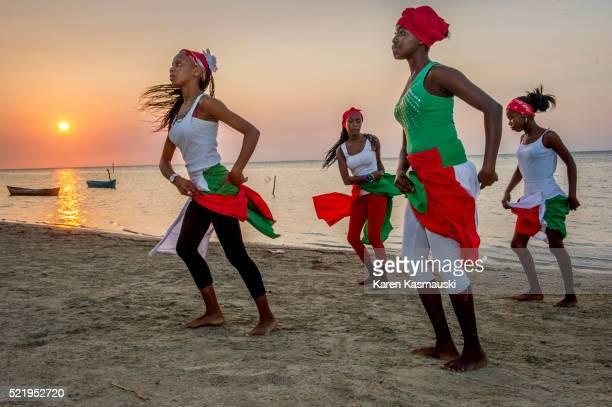 lanigi garifuna dancers in honduras - honduras fotografías e imágenes de stock