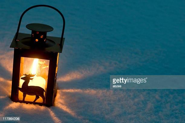 Laterne im Schnee wie ein Schatten