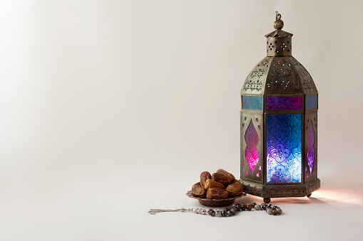 Lantern with dates fruits and rosary beads 911053032