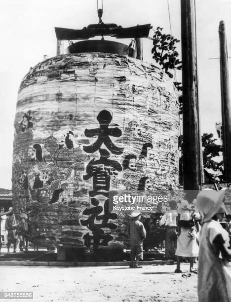 Lanterne géante créée pour le 'Festival des lanternes' à Suwa, Japon en 1935.