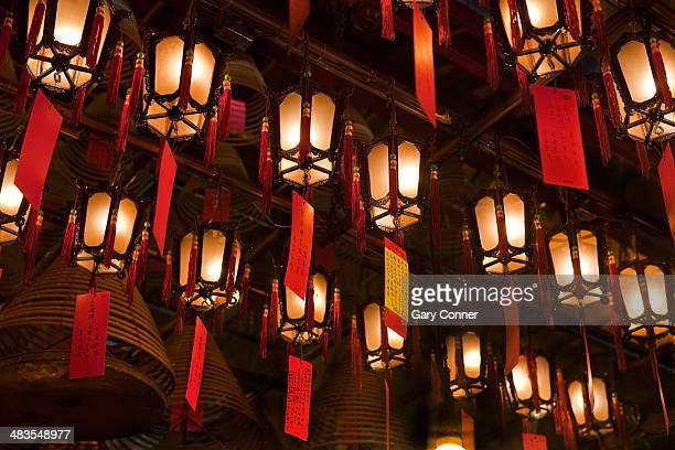 lanterns and incense coils at man mo temple - man motempel stockfoto's en -beelden