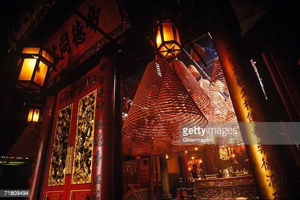 lanterns in a temple, man mo temple, hong kong, china - man motempel stockfoto's en -beelden