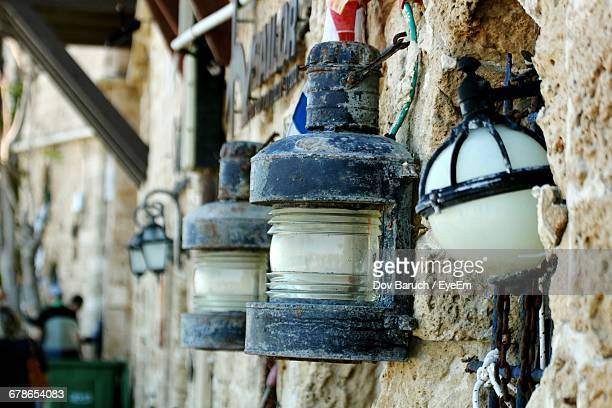 lanterns in wall - barulho stock pictures, royalty-free photos & images