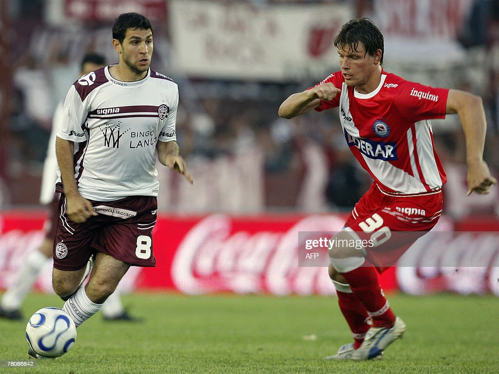 Lanus' Diego Valeri (L) is marked by Rob : News Photo