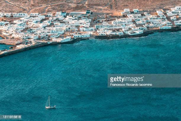 lanzarote, canary islands. la graciosa island and boat as seen from mirador del rio at sunset - francesco riccardo iacomino spain foto e immagini stock