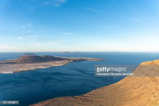 lanzarote, canary islands. la graciosa island as seen from mirador del rio at sunset - francesco riccardo iacomino spain foto e immagini stock