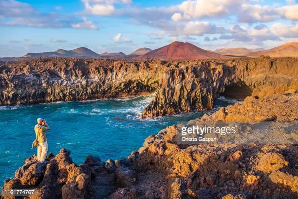 lanzarote, canary islands: los hervideros, los volcanes natural park - isla de lanzarote fotografías e imágenes de stock