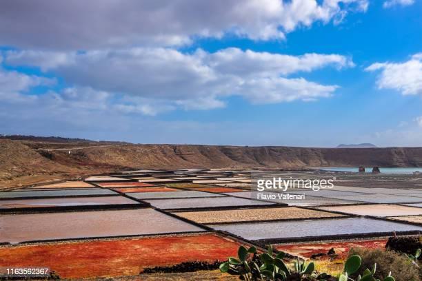 lanzarote, canary islands: salinas de janubio - isla de lanzarote fotografías e imágenes de stock