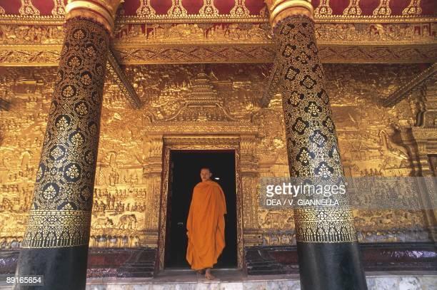 Laos, Luang-Phabang, Monk in doorway at Buddhist temple Wat Mai Suwannaphumaham