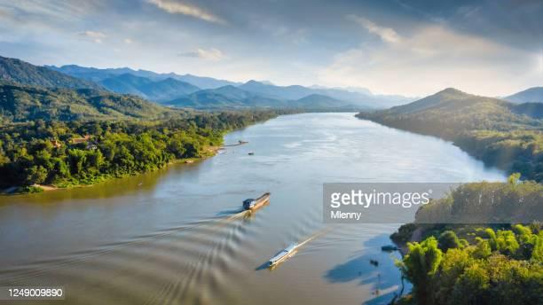 ラオス メコン リバー トゥールボート ルアンパバーン 空中パノラマ - ラオス ストックフォトと画像